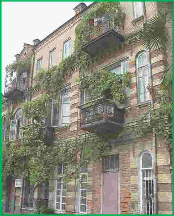Город Сухум. Уютный красивый жилой дом