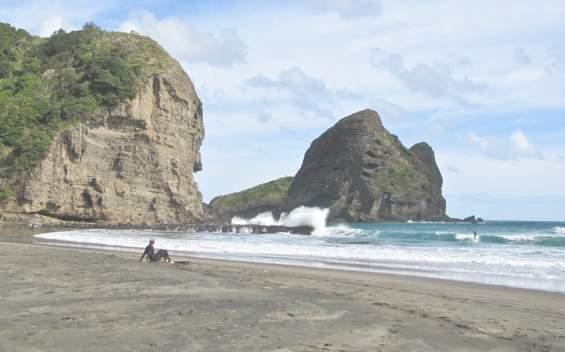 Одинокий турист у скалистого побережья