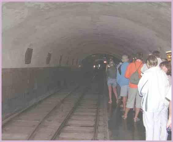 Многочисленные туристы на станции Новоафонской пещерной железной дороги