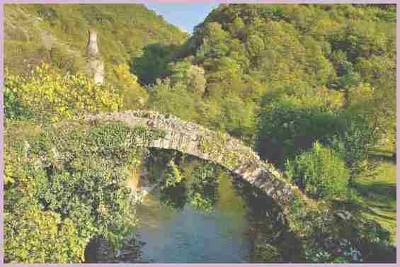 Старинный Беслетский мост в окрестностях города Сухум