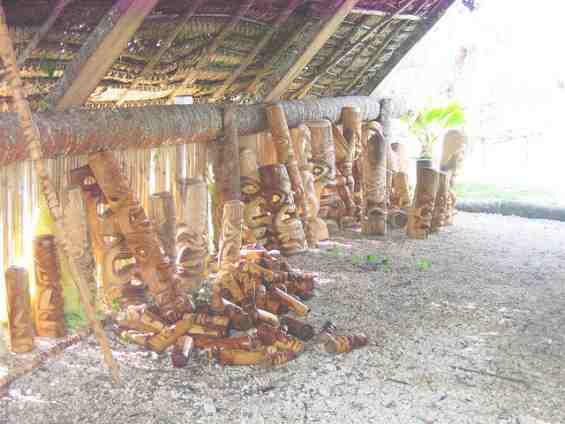 Традиционные для островитян изделия из дерева